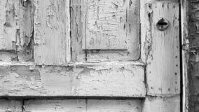 Porta de madeira velha com pintura gasto e o buraco da fechadura oxidado Fotografia de Stock Royalty Free