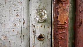 Porta de madeira velha com pintura gasto e o buraco da fechadura oxidado Foto de Stock Royalty Free