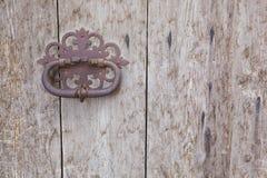 Porta de madeira velha com punho oxidado Foto de Stock Royalty Free