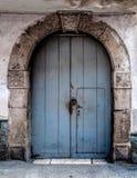 Porta de madeira velha com um arco de pedra antigo Imagem de Stock