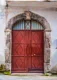 Porta de madeira velha com um arco de pedra antigo Fotografia de Stock Royalty Free