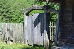 Porta de madeira velha com um castelo em uma casa de campo A porta serve como uma entrada à jarda fotos de stock