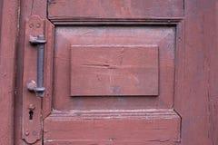 Porta de madeira velha do marrom escuro Botão de porta fotos de stock royalty free