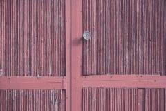 Porta de madeira velha e botão de porta oxidado do ferro imagens de stock