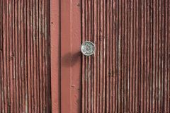 Porta de madeira velha e botão de porta oxidado do ferro foto de stock royalty free