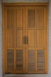Porta de madeira velha em uma parede Fotos de Stock Royalty Free