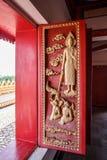 A porta de madeira velha era teste padrão tailandês cinzelado Imagem de Stock Royalty Free