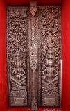 A porta de madeira velha era teste padrão tailandês cinzelado Fotos de Stock