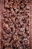 A porta de madeira velha era teste padrão tailandês cinzelado Fotografia de Stock