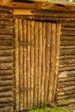 Porta de madeira velha fechado a uma casa de campo eslavo tradicional com meta imagens de stock royalty free