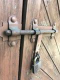 Porta de madeira velha a fortificar imagem de stock royalty free