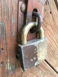 Porta de madeira velha a fortificar imagens de stock royalty free