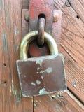 Porta de madeira velha a fortificar imagem de stock