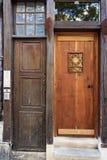 Porta de madeira velha, histórica a uma casa de cortiço Fotografia de Stock