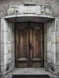 Porta de madeira velha na construção na cidade velha de riga, Letónia Imagens de Stock