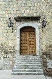 Porta de madeira velha na construção verde da pedreira Foto de Stock Royalty Free