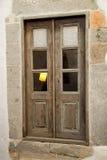 Porta de madeira velha na parede de pedra Imagem de Stock Royalty Free