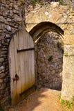Porta de madeira velha no castelo de Carisbrooke, Newport, a ilha do Wight, Inglaterra foto de stock