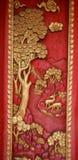 Porta de madeira velha ouro cinzelado de Tailândia Imagem de Stock