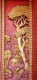 Porta de madeira velha ouro cinzelado de Tailândia Foto de Stock