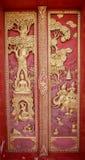 Porta de madeira velha ouro cinzelado de Tailândia Fotos de Stock Royalty Free