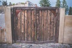 Porta de madeira velha rústica e do grunge da textura com parafuso Imagens de Stock