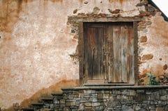 Porta de madeira velha de uma exploração agrícola com parede da rocha e escadas das rochas fotos de stock