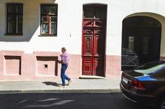 Porta de madeira velha vermelha fotos de stock royalty free