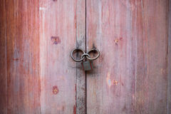 Porta de madeira vermelha com o botão de porta velho fotos de stock