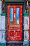 Porta de madeira vermelha do Grunge fotografia de stock