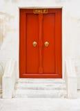 A porta de madeira vermelha do templo tailandês Imagens de Stock Royalty Free