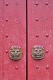 Porta de madeira vermelha no estilo tradicional Fotografia de Stock Royalty Free