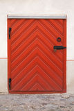 Porta de madeira vermelha pequena com fechamento imagens de stock