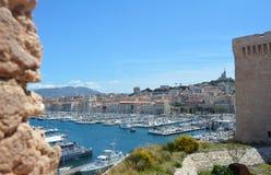 Porta de Marselha, France C?u azul e a cidade no fundo fotografia de stock