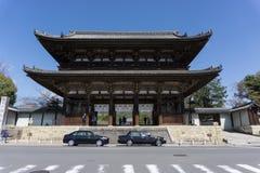 porta de NIO-segunda-feira Direito gigantesco da porta na frente do Ninnaji-templo imagem de stock