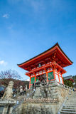 porta de NIO-segunda-feira do templo de Kiyomizu-dera e da cidade de Kyoto fotos de stock