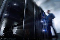 Porta de Opening Server Rack do coordenador de computador fotografia de stock