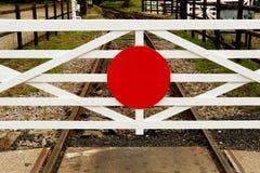 Porta de passagem de nível de sinal do trem da estação de trem imagens de stock