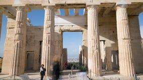 Porta de Propylaea na acrópole ateniense em Atenas, Grécia filme