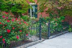 Porta de Rose Garden e do ferro imagens de stock