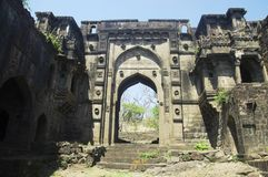 A porta de Shahnur ou de Mahakali, forte de Narnala, perto de Akola, Maharashtra imagem de stock