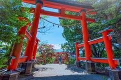 Porta de Torii do pagode de Chureito com o pico do Mt Fuji no s imagens de stock royalty free