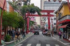 Porta de Torii na avenida de Liberdade na vizinhança japonesa de Liberdade - Sao Paulo, Brasil Fotos de Stock