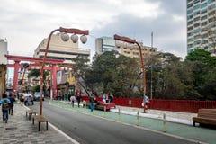 Porta de Torii na avenida de Liberdade na vizinhança japonesa de Liberdade - Sao Paulo, Brasil Imagem de Stock Royalty Free