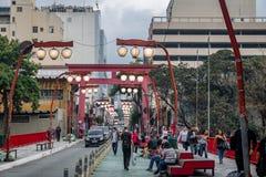 Porta de Torii na avenida de Liberdade na vizinhança japonesa de Liberdade - Sao Paulo, Brasil Fotos de Stock Royalty Free