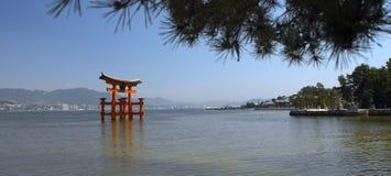 Porta de Torii no console de Miyajima - Japão foto de stock
