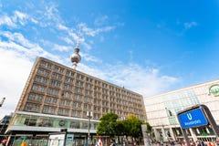 Porta de U-bahn no quadrado de Alexanderplatz em Berlim Imagem de Stock