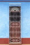 Porta de uma casa colonial típica em Trinidad, Cuba Imagens de Stock