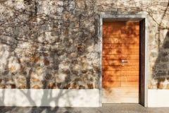 Porta de uma casa de pedra imagem de stock royalty free