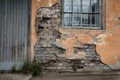 Porta de uma construção abandonada velha Fotos de Stock